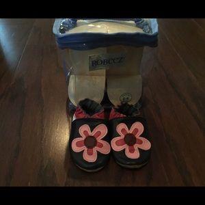 Robeez flower crib shoes girl 0-6m
